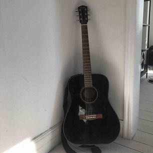 En riktigt fin fender gitarr. Har tyvärr ingen användning för den längre när jag köpte en ny   Perfekt för spelare av alla standarder   Fender CD-60-V3 Akustisk, Svart  Nypris 1 499 kr