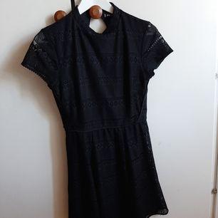 En fin svart spetsklänning från New Yorker, ärmarna är genomskinliga men resten av klänningen är fodrad. Baksidan är fint öppen! Frakt tillkommer