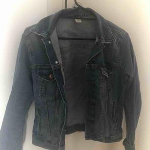 Skriv vad du skulle kunna tänka dig betala!  En feminin jeans jacka i storlek M Inte trasig