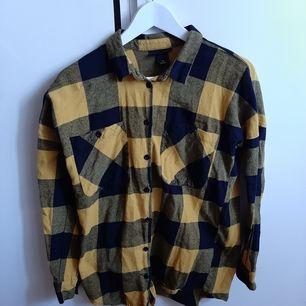 Fin gul/svartrutig skjorta från Monki i skön flanell. Storlek XS men något oversize. Frakt tillkommer!