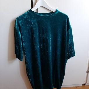 Grön/blåaktig väldigt oversize tröja (funkar som klänning på mig som är 154 cm) i krossad velour. Färgen är något ljusare än på bilden. Frakt tillkommer!