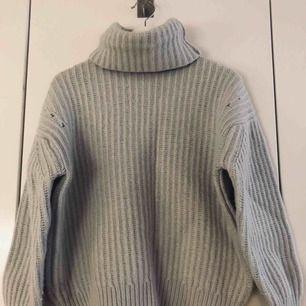 Säljer denna oanvända super mysiga stickade tröja med polokrage då den tyvärr aldrig kommer till användning. Köpte denna stickade för 399 men säljer nu för 200! Buda om du är intresserad!