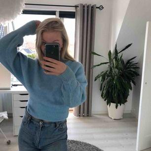 Blå stickad tröja som sitter så fruktansvärt snyggt! Säljer för att den inte är min stil längre :/ Men har mycket kvar att ge! Frakten ingår😝😝
