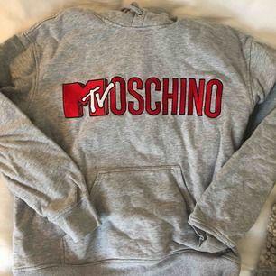 Säljer min gråa H&M X Moschino hoodie pga att jag aldrig använder den. Den är knappt använd och är i jättebra skick.