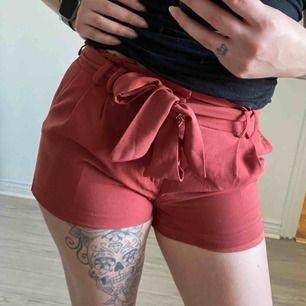 Supersköna och snygga shorts i aprikos!