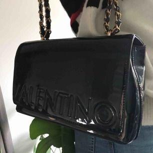 Superfin helt oanvänd väska från Valentino by Mario Valentino. Mörkblå glansig färg. Nypris 2000kr. 💕💕💕Köpare står för spårbarfrakt (63kr) eller möts upp i nacka.