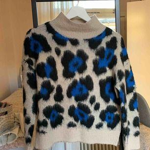 Jättefin skön stickad tröja från Gina Tricot! Storlek XS men passar S också! Superfin till höst och vinter!