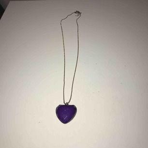 Ett lila hjärthalsband. Frakt tillkommer