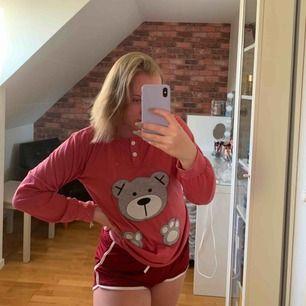 Sjukt gullig pyjamas tröja i storlek S. 60kr + frakt 49kr.