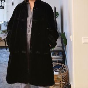 Snygg vintage pälsjacka (ej äkta päls) kort hår. frakt tillkommer. Skickas inom 5 dagar efter mottagen betalning. Vill förtydliga att jag är storlek S, så ni ser hur den sitter på mig