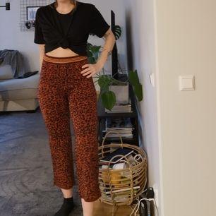 Helt oanvända leopardbyxor från Zara, frakt tillkommer. Skickas inom 5 dagar efter mottagen betalning