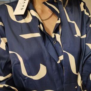 Snygg blus i satin från NAKD, aldrig använd. frakt tillkommer. Skickas inom 5 dagar efter mottagen betalning