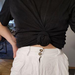 Vita byxor från Hm trend, viss genomskinlighet. frakt tillkommer. Skickas inom 5 dagar efter mottagen betalning