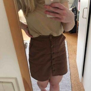 Superfin kort kjol i mocka! Köpt för länge sedan på Lager 157 men har ej kunnat använda pga känns för tajt för mig. Frakt tillkommer 🌸