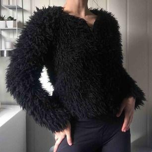 En pälsliknande jacka från Gina Tricot. Fri frakt samt spårbar.