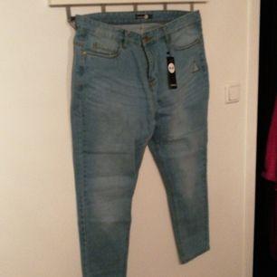 Oanvända mom jeans med hög midja mid blue. Köparen betalar frakten eller hämtas i Borlänge.