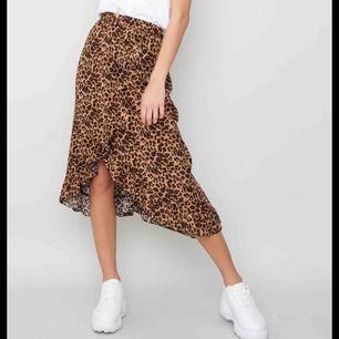 Kjol som knappt är använd , fint nu till våren med lite mönster , väldigt bra skick och köparen står för frakten 🥰