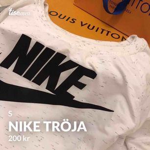 Nike tröja storlek S men passar även XS använd 1 gång!