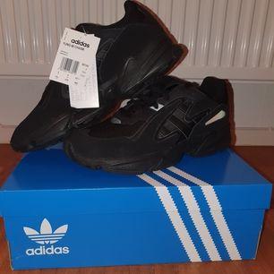 Priset är inkl frakt! Adidas Yung 96 Chasm helt nya, endast provade på en gång inomhus. Köpta från adidas för 1000 kr :) De är storlek 43 1/3 och 26,7 cm om du vill jämföra med några du kanske har hemma! Skriv om du har någon fråga och är intresserad :)