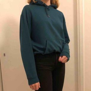 Cool hoodie från Stay (köpt på carlings) i blå/grön, nypris 400 kr och i gott skick. köparen betalar frakt