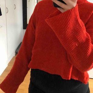 Den här fina stickade tröjan i lite croppad modell!! Den sitter flowigt på kroppen. Från hm i stl L (har vanligtvis stl S) 💕💕