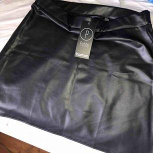 Den här fina kjolen från boohoo. Imitation läder material, tunt och stretchigt material. Säljer då den är för kort på mig. Mycket finare material i verkligheten än på bild🙏😊