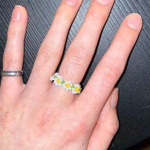 Jättegullig ring som är egengjord, och som passar perfekt nu till våren/sommaren🌸 Frakt ingår i priset!🥰