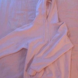 Säljer denna skit snygga och as sköna vita hoodien, sparsamt använd och passar till allt.