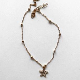Guldfärgat halsband med en glittrig stjärna! ⭐️