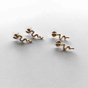 Guldfärgade små orm-örhängen! 50kr/paret! Frakt:11kr 🐍