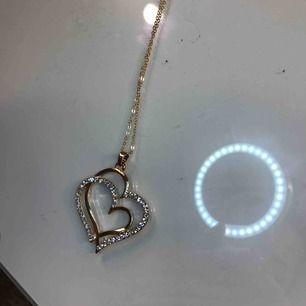 Halsband i guld med hjärtan i diamanter. Frakt tillkommer
