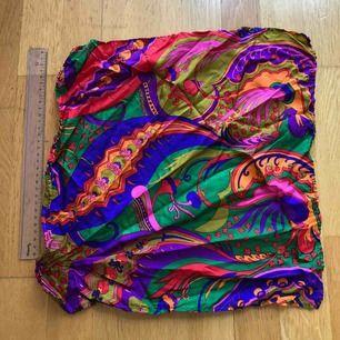 En sjal i ett fint mönster.  Snyggt att ha i håret