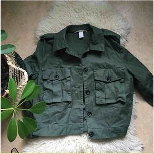 Fin jacka i khaki från hm, använd 2-3 ggr MaX 🐊🥝🍈🦠♻️ skickar fler bilder vid intresse 💞💘💕