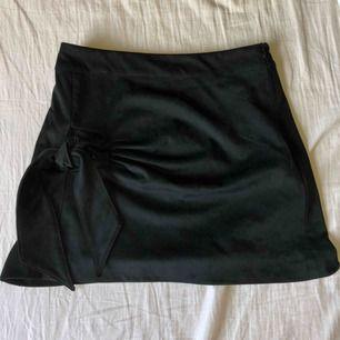 """Kjol från Zara, storlek S Kjolen är svart och materialet är """"mocka"""", har även en knytning på sidan!! Köparen står för frakten 💕💕"""