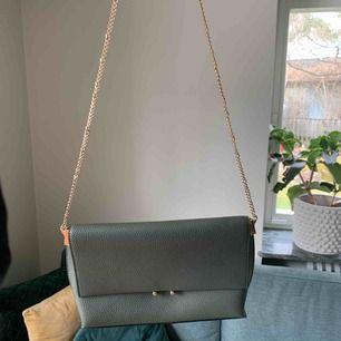 Jätte fin och praktisk väska från mango! Perfekt skick! Kontakta mig vid intresse!