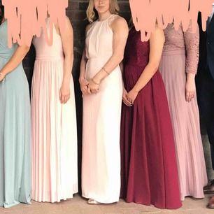 Balklänning i nyskick, används endast 1 gång. Jag är 162cm och klänningen är uppsydd ca 8cm då jag hade klackar. Utan klackar borde den passa en som är 170cm.