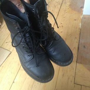 Säljer mina svarta kängor från Vegetarian Shoes pga de kommer inte till användning längre. Haft dom i 2 år men de är i fint begagnat skick. Små ljusnade märken finns på insidan av skorna, kan skicka bild vid intresse. Frakt tillkommer ✨✨✨