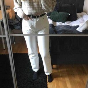 Säljer mina vita jeans från weekday i modellen row. 💓 Helt oanvända och väldigt snygga. Säljer då de aldrig kommer till användning! Frakt tillkommer.