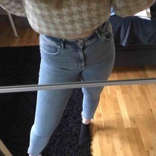 Så sköna jeans från bikbok! Väldigt stretchiga! 🤩💓Säljer jeansen då de inte kommer till användning för de är i en kortare modell och därför blir korta på mig som är 1,77. Nästan aldrig använda. Nypris: 599kr. Frakt tillkommer.