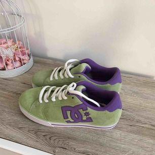 Jättefina DC skor  •Använda 1 gång, som nya •Storlek 39 •300 kr •Material: äkta läder  📍Kan mötes upp i Mölnlycke 📮Kan skickas mot fraktkostnad 🚫Djurfritt och rökfritt hem
