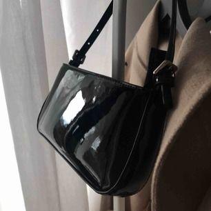 Super fin shoulderväska i svart lack. Använd endast två gånger:) frakt tillkommer på 42kr🥰