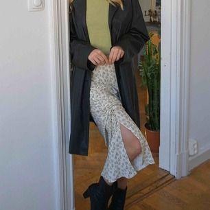 Vårigt kjol med slits och drapering. Frakt 59kr