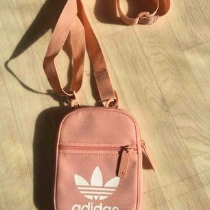 Adidas väska i färg ljusrosa/grisrosa Aldrig använd  ONESIZE