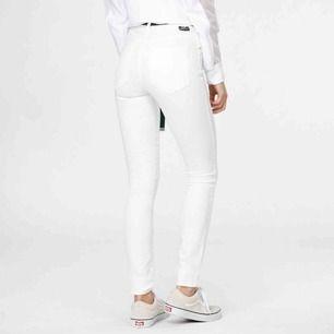 (Obs har lagt ut 2 olika storlekar) NYA högmidjade dr.denim jeans i storlek M, väldigt stretchiga. Modell plenty, nypris 400kr.  Möts upp i Stockholm eller fraktar.  Frakt kostar 59kr extra, postar med videobevis/bildbevis.