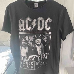 VINTAGE inspirerad AC/DC Tröja. Köpt på Tara. Super skick