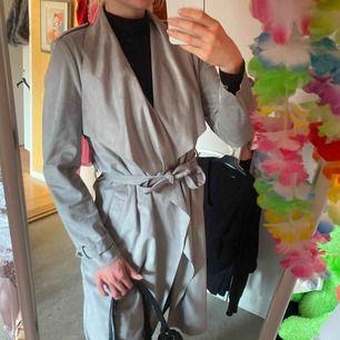 ÄKTA MOCKA! Så otroligt fin ljusgrå/silveraktig mocka kappa, köpt i London på River Island för ca 1500kr. Men har använt bara 1(!) gång. NYSKICK! Säljes pga flytt. Frakt: 59kr eller möts upp i gbg. Perfekt vårkappa!