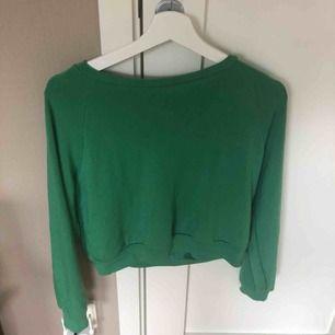 En mjuk tröja med en härlig grön färg. I fint skick kan mötas upp i Uppsala, eller att tröjan fraktas.