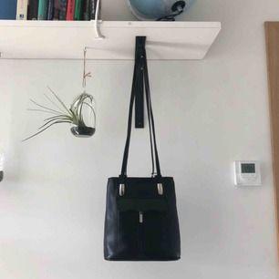 Sååå fin handväska, som man även kan omvandla till en lite ryggsäck. Säljer pga att jag använder den för lite. Skitbra skick. Frakten står säljare för😋