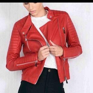 populära skinnjackan (moto jacket) från ciquelle, fint skick! frakten är gratis😊