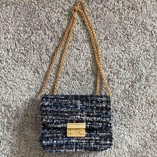 Gullig liten blå väska. Långt band som det går att hitta på olika lösningar med. Spårbar frakt ingår! 💞
